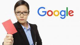 Femme Google qui donne un carton rouge